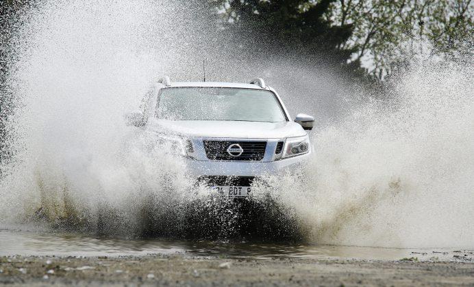 Nissan navara önden görünüm